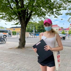 Assi Liitti står på torget i Borgå.