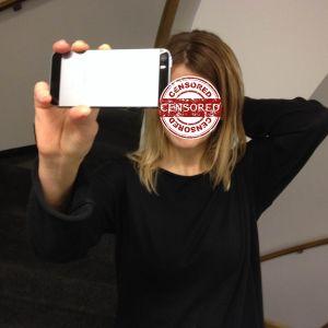 nainen ottaa selfietä, kasvot sensuroitu