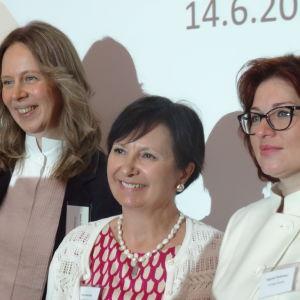Tre kvinnor står uppställda på rad och poserar: Ksenia Sosnina, Anne Lammila och Jevgenia Dimitrieva.