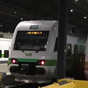 Ett tåg i Helsingfors har texten Fin 3 Can 1 där destinationen brukar visas på en skärm.