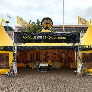 Scientologernas gula tält.