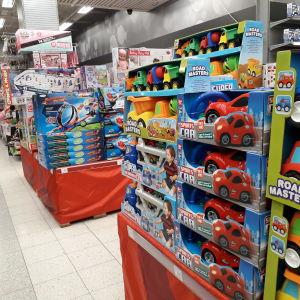 Hyllor fyllda med leksaksbilar på ett varuhus.