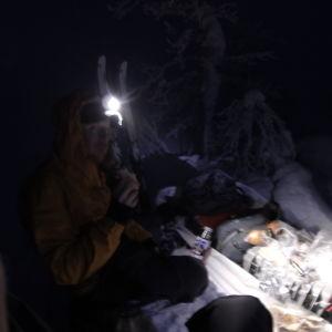 Tom Nylund har byggt färdigt sin igloo och bäddar in sig i sovsäcken.