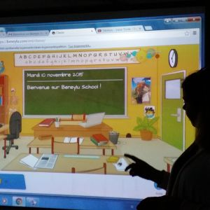Opettaja esittelee kouluvaihdossa käytettävää nettisovellusta.