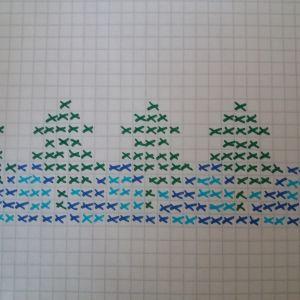 Stickmönster föreställande granar och vatten