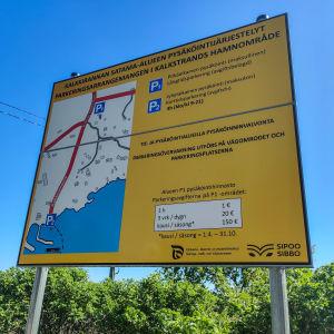 En stor gul skylt med info om parkeringsarrangemang.