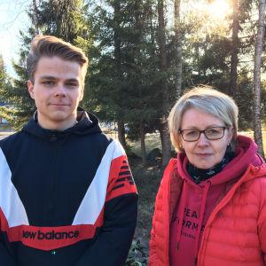 Kuvassa Juuso ja Anu Pylkkänen seisovat kotipihallaan.