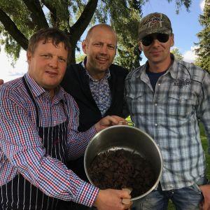 Michael Björklund, Matias Jungar och Johan Österberg. Michael håller i en kastrull som innehåller tillrett sälkött.
