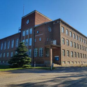 En skolbyggnad i tegel.