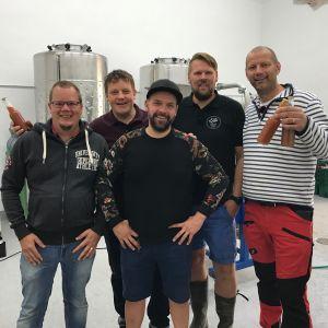 Michael Björklund och Matias Jungar poserar med Gustav Söderholm, Dave Huldin och Jonas Salminen i Ekta bryggeri.