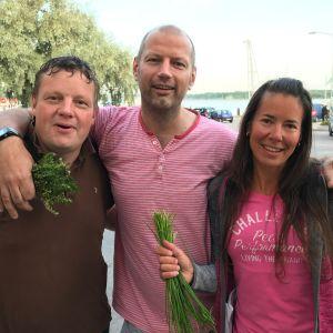 Michael Björklund, Matias Jungar och Pamela Wetterstrand står med örter i händerna.