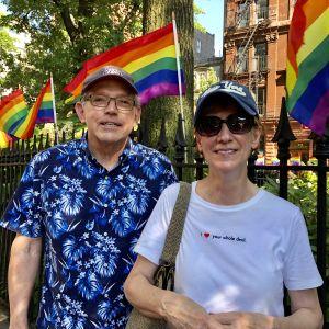 Kathy och David, gay-föräldrar från Washington DC vid Stonewall-monumentet i NYC
