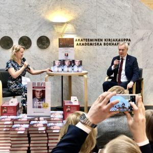 Antti Rinne i bokhandeln med publik.