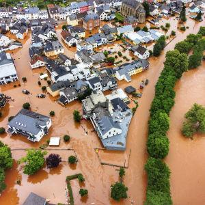 Ilmakuva tulvaveden valtaamasta kaupungista.