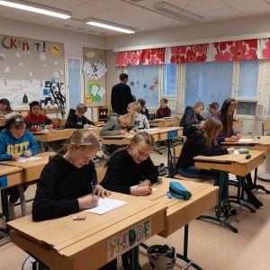Ett klassrum med sjätteklassister som sitter och ritar.