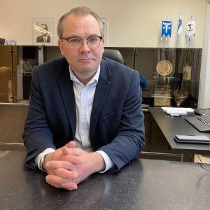 Jussi Niinistö istuu työpöydän ääressä työhuoneessaan.