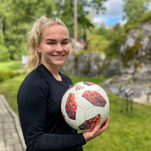 Dana Leskinen håller i en boll i handen.