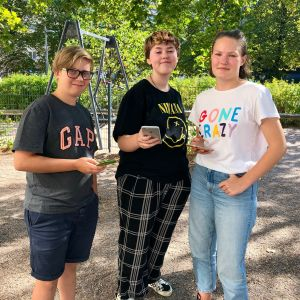 Tre ungdomar som håller i dina mobiltelefoner