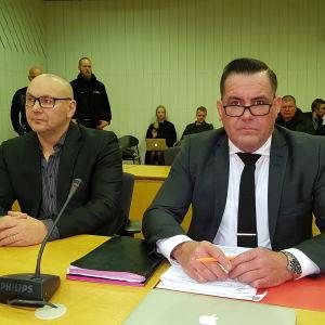 United Brotherhoodin johtaja istuu syytettynä käräjäoikeudessa oikuestieteen maisteri Ilkka Ukkosen vieressä.