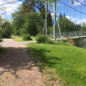 En hängbro över Svartån i Karis.