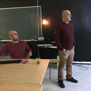 Författaren Hassan Blasim (till höger) i Gårdsbacka.