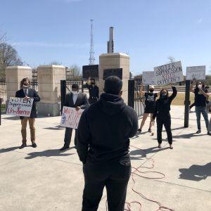 En grupp demonstranter protesterar mot vallag framför delstatsparlamentet i Atlanta, Georgia.