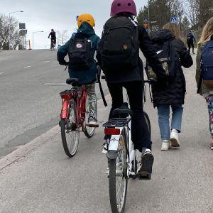 Lapsia kävelemässä ja ajamassa pyörällä