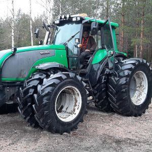 Carl-Erik Grönroos är torvföretagare i Västnyland. Sitter i sin traktor.