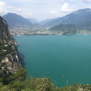 Gardajärvi ja ympäröiviä vuoria