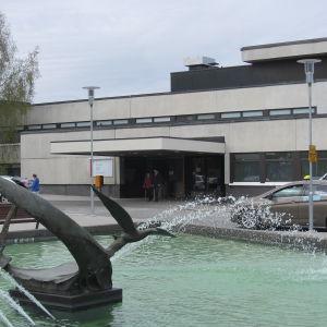 Fasaden av ingången till Mellersta österbottens centralsjukhus.