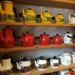 Förutom förpackningar ingår även kaffepannor i kaffesamlingen.
