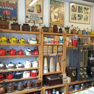 Kaffekvarnar och pannor på rad i caféet i Lundo.