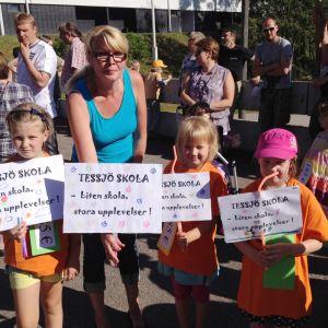 Tre flickor och en mamma som vill bevara Tessjö skola.
