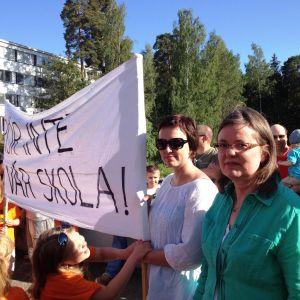 Tessjö skola protesterar mot stängning av skolan.