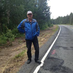 Bror Eriksson vid skadorna på vägen
