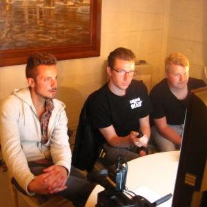 Jontti Granbacka övervakar monitorerna tillsammans med Chasing The Dead