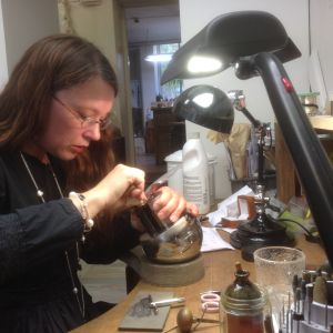 Annika Eklöf graverar en sked