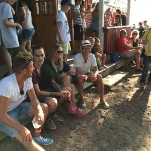 Jontti Granbacka, Anton Larsson, Malin Björklund och organisatör Toni Mankonen njuter av stämningen i baren på Sandö vid Pernå fiskargilles sommarfest 2014