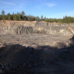 Företaget Rudus bryter berg i industriområdet Joddböle i Ingå.