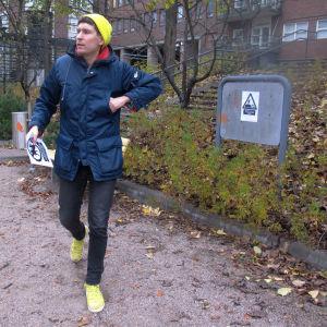 Kasper Strömman tejpar upp förbudslappar