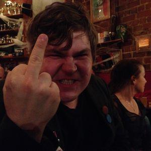 Författaren Mathias Rosenlund visar mittfingret