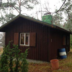 Stugan på Fårbässen i Ekenäs skärgård där Kjell Österberg trivs