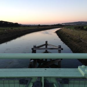 Floden Ouse i byn Rodmell, East Sussex