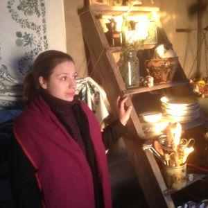Dalia Stasevska itse rakentamassaa hirsimökissä.