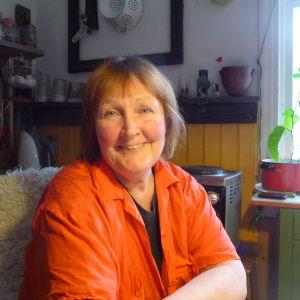 Marianne Tapper vid köksbordet hemma i Västanfjärd