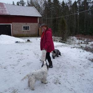 Marianne Tapper med hundarna Onna och Cocke ute på gårdsplan