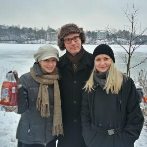 Sorsille pullaa Töölönlahden rannalla. Syöttäjinä Virpi Räisänen, Janne Koskinen ja Zaida Bergroth