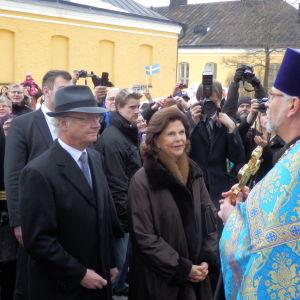 Kungen och Silvia besöker ostskyrkan i Villmanstrand.