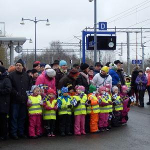 Liten och stor väntar på kungaparet på tågstationen i Villmanstrand.