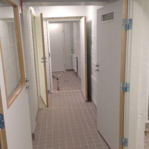 Ingången till personalrummen i källarvåningen.